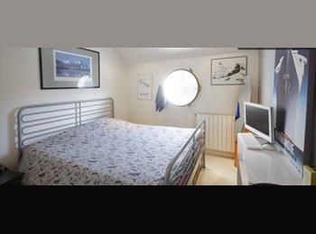 Appartager FR - 3 Chambres à louer pour les hommes dans un bateau luxueux et spacieux à Le Port Marly Près de Paris - 1er Arrondissement, Paris - Ile De France - 650 € /Mois