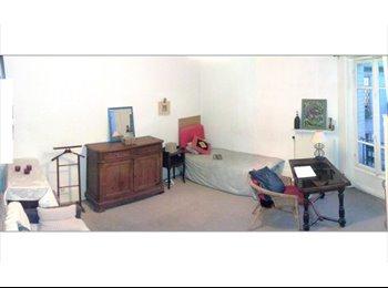 Loue chambre claire sur cour.