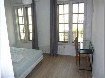 Chambres meublées rénovées avec un espace commun.