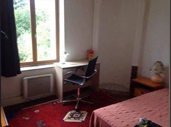 Chambre simple disponsible dans un appartement meublé F3...