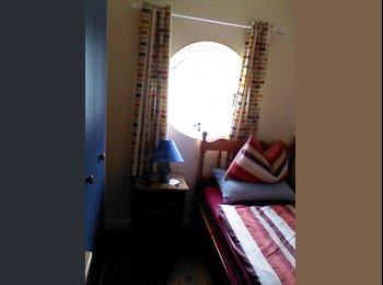 Cosy, clean single room in warm, cheery home/ERASMUS...