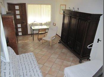 Affitto stanza in villa con giardino