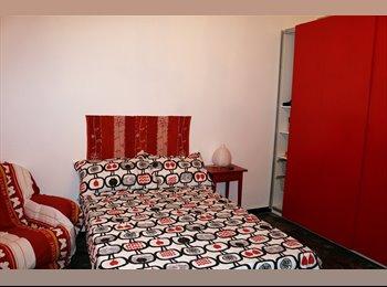 EasyStanza IT - Affitto 1 ampia stanza luminosa e tranquilla, Genova - € 280 al mese