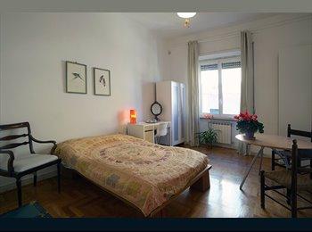 Ampia stanza in appartamento signorile