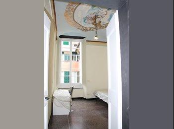 EasyStanza IT - Stanza per studentessa in nuovissimo appartamento in centro storico di Genova (Stanza N°1 con soffit, Genova - € 300 al mese