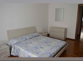 EasyStanza IT - Luminosa  Ampia Camera Matrimoniale Arredata, Tuscolano - € 560 al mese