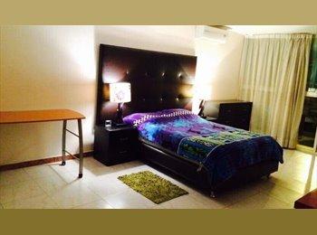 habitacion grande con baño compartido por la zona de Plaza...