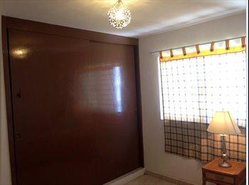 Luminosa y cómoda habitación en estupenda ubicación.
