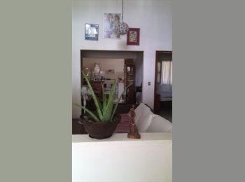Recámara con baño privado en casa con jardin y cochera