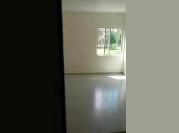 Comparto renta en cuarto de casa de 3 pisos.
