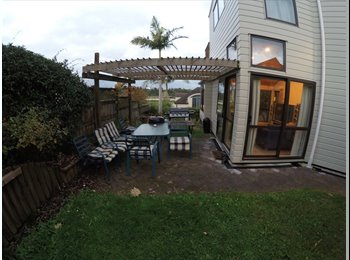 NZ - What about a house in a park yet 5 mins from the CBD? Location gents, location! - Northcote, Auckland - $175 pw