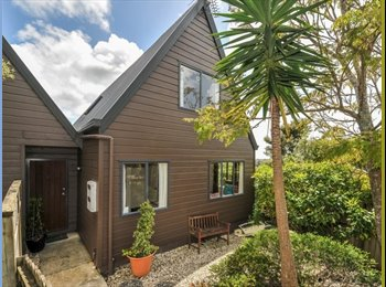 Sunny, tidy townhouse close to transport and shops