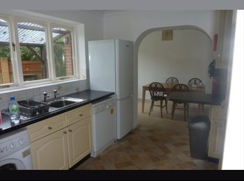 EasyRoommate UK - Post graduate/professional - Wallisdown, Bournemouth - £370 pcm
