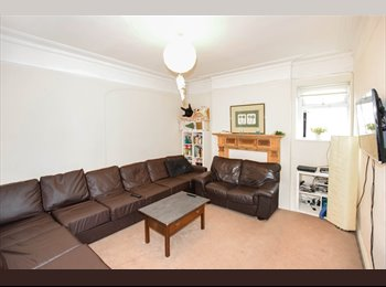 Fully furnished double room in Upper Shirley