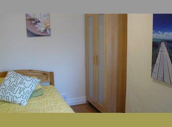 EasyRoommate UK - FAB Ensuite Double room £460pmTown Centre avail 1 Dec, Swindon - £460 pcm