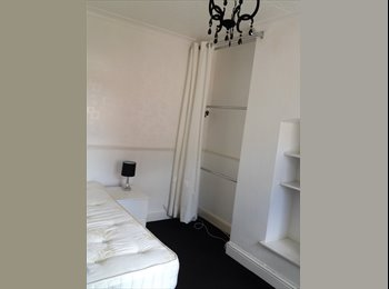 LARGE DOUBLE ROOM IN MODERN HOUSE
