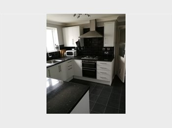 EasyRoommate UK - 2 Good size double rooms in town centre Guildford near the train station, the University & ACM, Guildford - £625 pcm
