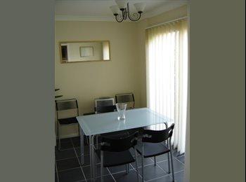 EasyRoommate UK - bright double room internet clean tidy house Ayles - Aylesbury, Aylesbury - £425 pcm