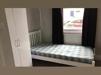 EasyRoommate UK - Double room in a professional shared house - Cheltenham, Cheltenham - £350 pcm