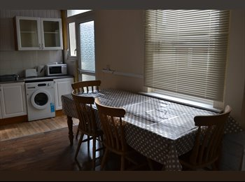 EasyRoommate UK - Large double room, Home Park - £370 pcm