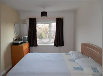 Double room, nice house by Hospital, quiet area.