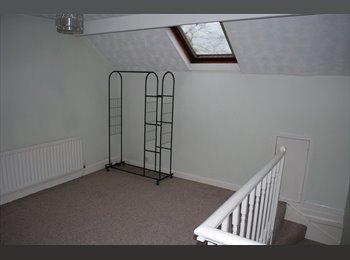 EasyRoommate UK - Large double room available, Studley - £350 pcm