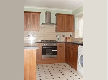 EasyRoommate UK - Group of 5 students ONLY.  Close to business school/Gunwharf Quays.  , Potsea - £420 pcm