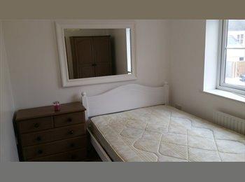 EasyRoommate UK - double sized furnished room - Cheltenham, Cheltenham - £300 pcm