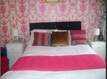 EasyRoommate UK - BRIGHT DOUBLE ROOM WITH BALCONY - Merton, London - £480 pcm