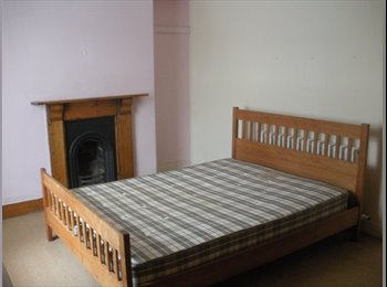 lovely 4 bed house-1 min walk to beach!!