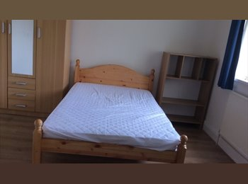 EasyRoommate UK - Four double bed rooms are available. - Stoke, Coventry - £350 pcm