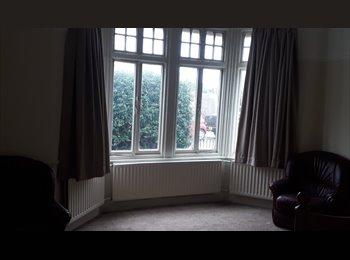 EasyRoommate UK - Ealing Common. Double Room with En-suite - Ealing, London - £750 pcm