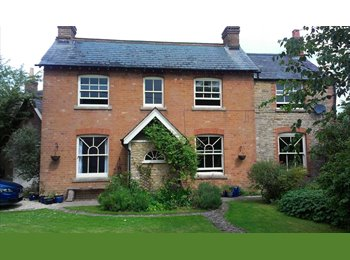 Rooms in village home 8 min to Oxford by train for Mon to...