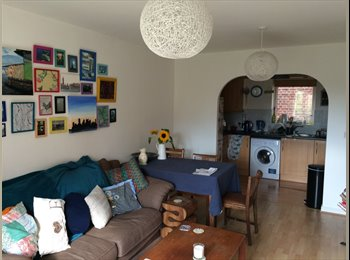 EasyRoommate UK - Ideal flat in ideal location, Norcot - £500 pcm