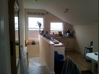 EasyRoommate UK - penthouse in high street - Camberley, North Surrey - £550 pcm