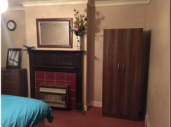 Large double bedroom available in South Croydon Now