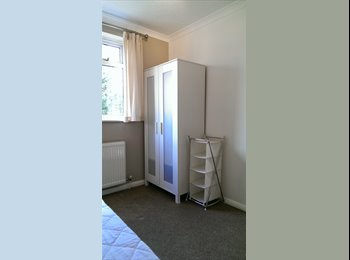 EasyRoommate UK - 3 ROOMS AVAILABLE IN MAIDENHEAD - Maidenhead, Maidenhead - £480 pcm