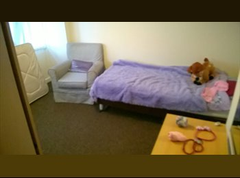 EasyRoommate UK - nice, friendly couple in quiet residential area, Salford - £350 pcm