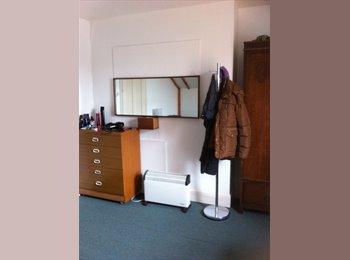 A Warm, Quiet Bedsit In a Calm Period House