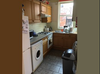 Spacious single room   3 way share  centre Chester