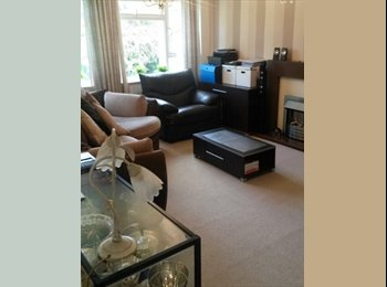 EasyRoommate UK - DOUBLE ROOM 2 mins from train station - Caterham, London - £440 pcm