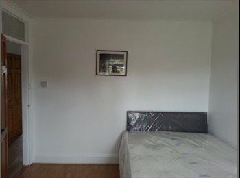 EasyRoommate UK - Newly Refurbished House close to train station!! - Sydenham, London - £600 pcm