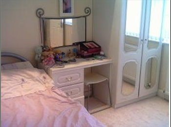 EasyRoommate UK - Double room available for student/professional - Elstree, Borehamwood - £595 pcm