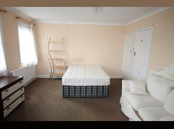 EasyRoommate UK - Large ROOM TO LET - Edgware, London - £495 pcm