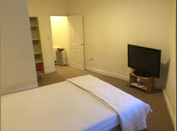 EasyRoommate UK - Very Large Double Room Close To Transport and Shop - Barnet, London - £650 pcm