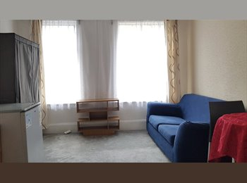 EasyRoommate UK - DOUBLE ROOM IN BEDMISTER, ONLY FOR PRO. FEMALES - Bedminster, Bristol - £400 pcm