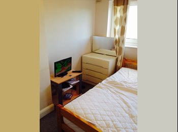 DBL room in family home near bus stop COWLEY