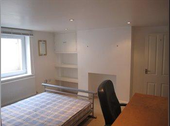 EasyRoommate UK - Lovely double bedroom in large student house - Cheltenham, Cheltenham - £446 pcm