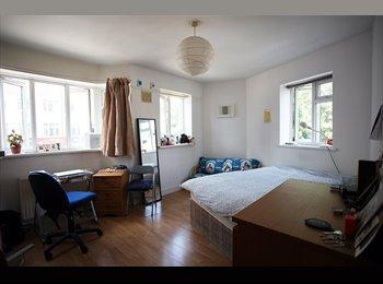 EasyRoommate UK - Big & Sunny fournshed Bedroom in Whitechapel - Whitechapel, London - £670 pcm