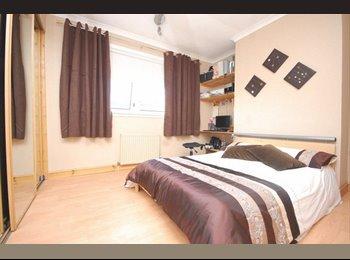 EasyRoommate UK - Large double in clean friendly flat - Bearsden, Glasgow - £400 pcm